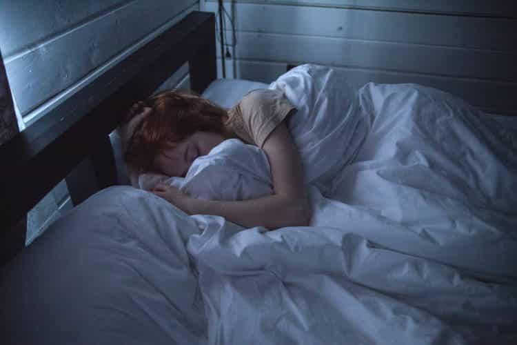 Πώς η στάση ύπνου που προτιμάμε επηρεάζει την υγεία μας