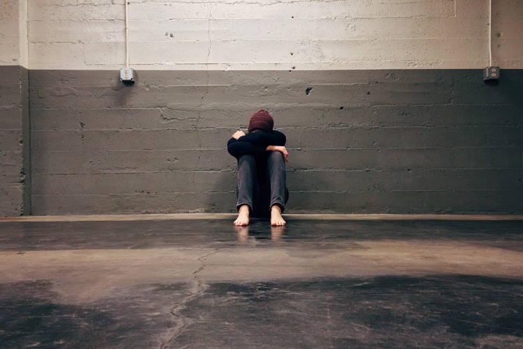 8 σημάδια ότι ο φόβος μήπως κριθείτε αρνητικά καταστρέφει τη ζωή σας