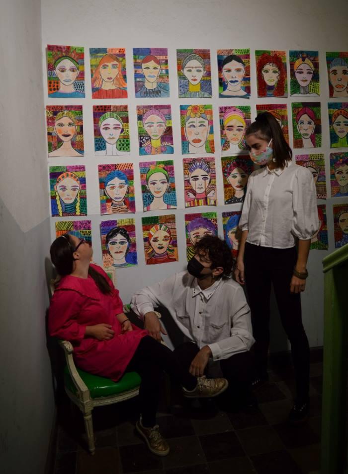 Θεσσαλονίκη: 27χρονη με σύνδρομο Down μετέτρεψε την πολυκατοικία που διαμένει σε γκαλερί τέχνης