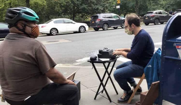 Νέα Υόρκη: Άνδρας με γραφομηχανή βοηθά αγνώστους στο δρόμο να στείλουν γράμμα στους αγαπημένους τους