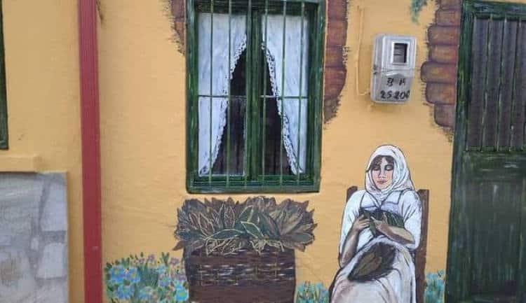 Χαλκιδική: 7 γυναίκες ζωγραφίζουν τους τοίχους παλιών σπιτιών και προσθέτουν χρώμα στο γκρίζο της εποχής