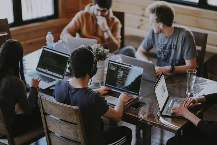 5 σημάδια που δείχνουν ότι βιώνουμε τοξική θετικότητα στο εργασιακό περιβάλλον