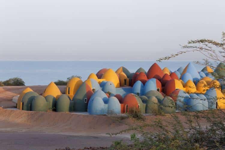 Ιράν: Αρχιτέκτονες δημιούργησαν ένα πολύχρωμο χωριό με τη βοήθεια της κοινότητας (Φωτογραφίες)
