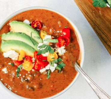 Συνταγή: Κρεμώδης θρεπτική σούπα μαύρων φασολιών για τις κρύες μέρες του χειμώνα