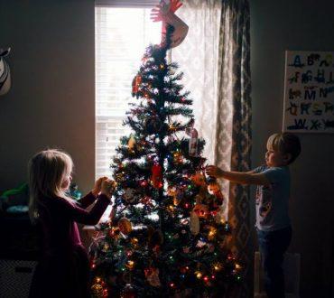 Πώς να μιλήσουμε στα παιδιά για τον τρόπο που περνάμε φέτος τις γιορτές