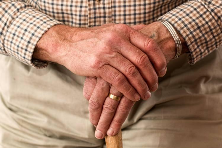 Πώς να βοηθήσουμε τους ηλικιωμένους κατά τη διάρκεια των φετινών γιορτώ