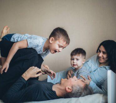 COVID-19: Πώς μπορούν οι γονείς να μειώσουν τις ψυχολογικές επιπτώσεις στα παιδιά