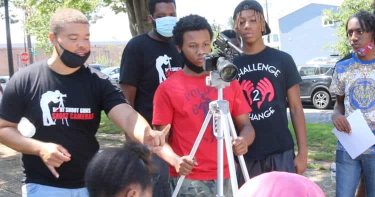 «Κρατήστε κάμερα, όχι όπλο»: Μαθήματα κινηματογράφου κρατούν τους νέους μακριά από συμμορίες