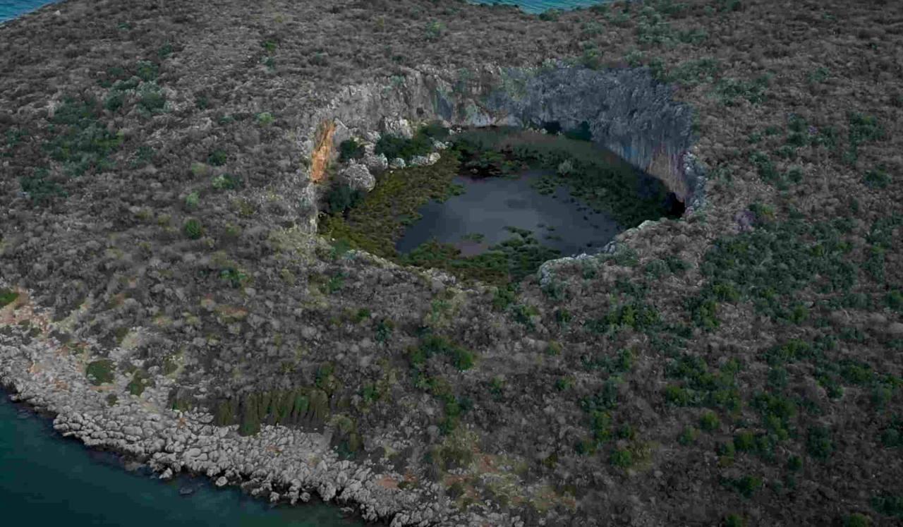 Άγνωστη Ελλάδα: H βυθισμένη αρχαία γέφυρα και ο κρατήρας με το δάσος από νούφαρα (βίντεο)