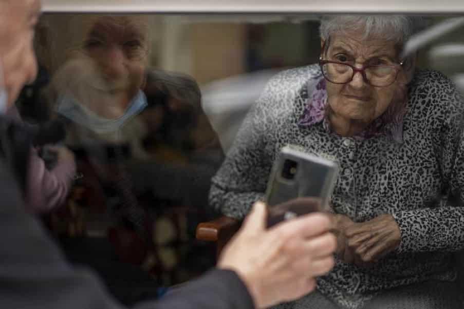 Βαρκελώνη: 90χρονος άνδρας κρατά την αγάπη του ζωντανή παρά τις δύσκολες συνθήκες της πανδημίας