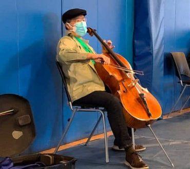 Διάσημος τσελίστας παίζει αυθόρμητα μουσική σε εμβολιαστικό κέντρο για να χαλαρώσει τους πολίτες που περίμεναν