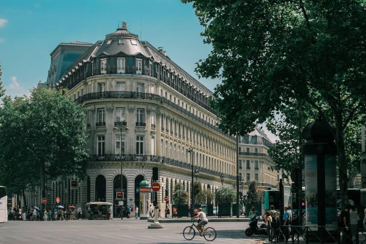 Η Δήμαρχος του Παρισιού αφαιρεί θέσεις πάρκινγκ και τις μετατρέπει σε «πράσινους» χώρους για τους κατοίκους