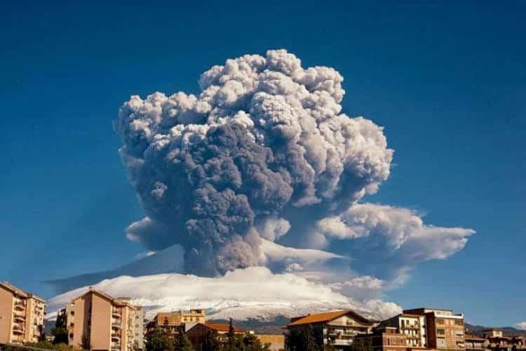 Η έκρηξη της Αίτνας στη Σικελία προκαλεί δέος ακόμα και στους ηφαιστειολόγους (Φωτογραφίες)