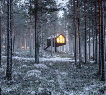Φινλανδία: «Αιωρούμενο» σπίτι παρασέρνει τους επισκέπτες στη μαγεία του Σκανδιναβικού δάσους