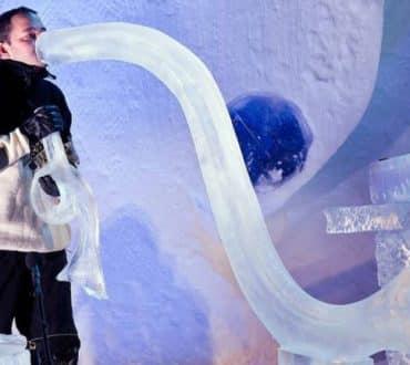 Καλλιτέχνες δημιουργούν μουσικά όργανα από πάγο και δίνουν συναυλία σε ιγκλού (Βίντεο)