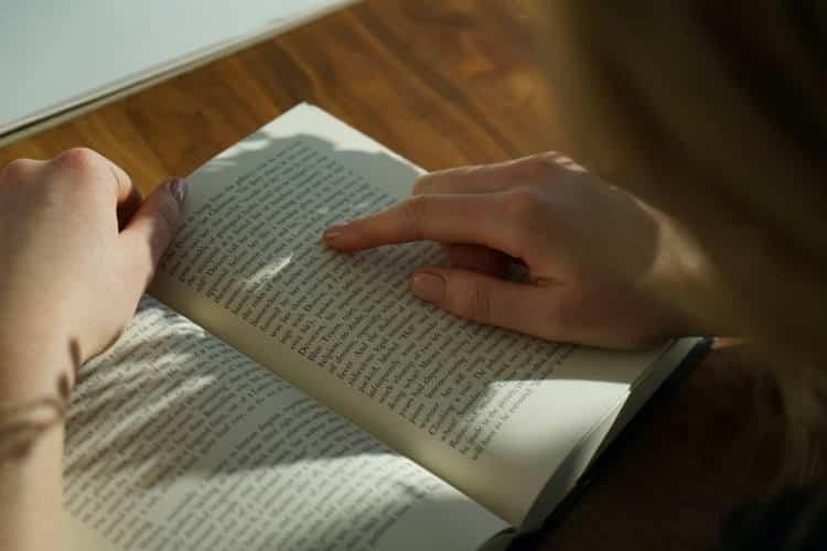 Η λογοτεχνία μας βοηθά να συνδεθούμε καλύτερα με τους άλλους – Τι δείχνουν οι έρευνες