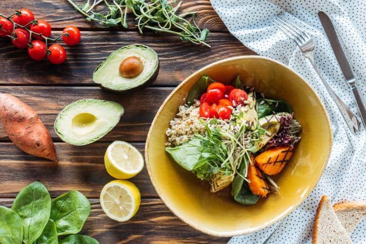 Ποιες τροφές μας βοηθούν να αντιμετωπίσουμε το φούσκωμα