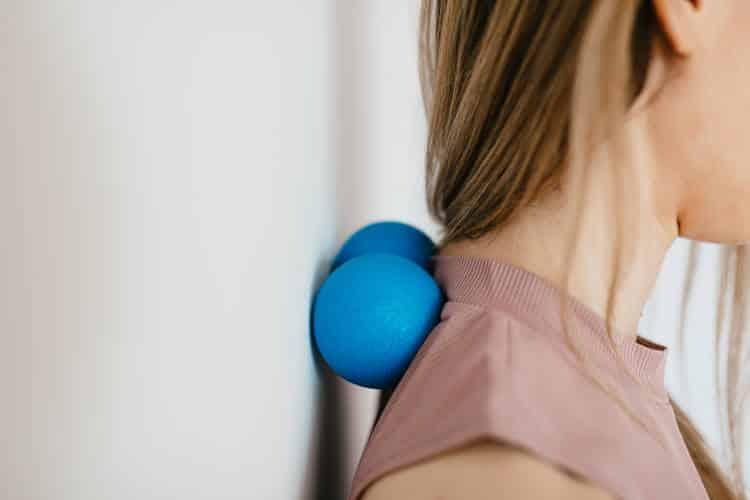 Πόνος στον αυχένα: 10 τρόποι να τον προλάβουμε και να ανακουφιστούμε