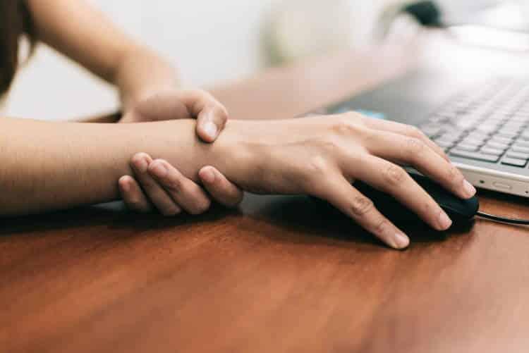 Πόνος στον καρπό: Οφείλεται στο σύνδρομο καρπιαίου σωλήνα ή σε τενοντίτιδα;