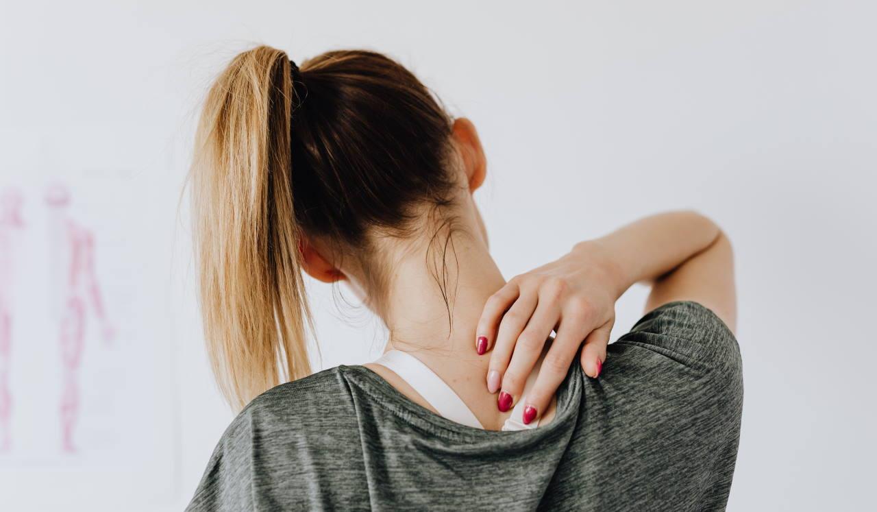 Πόνος στον ώμο: Πώς προκαλείται και τι μπορούμε να κάνουμε για να τον «προλάβουμε»