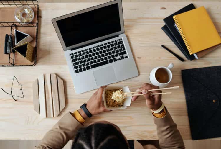Πώς να αποφύγουμε την υπερφαγία όσο εργαζόμαστε από το σπίτι