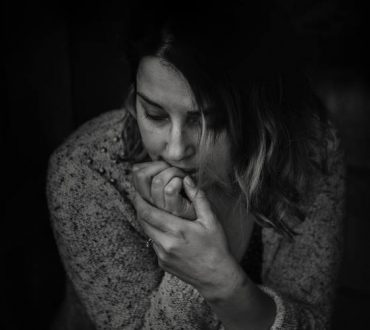 Πώς αντιδρούμε όταν μαθαίνουμε πως κάποιος υπήρξε θύμα κακοποίησης;