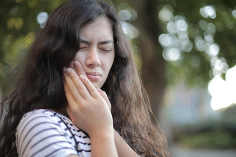 Πώς να μειώσουμε τον πονόδοντο στο σπίτι μέχρι να φτάσουμε στον οδοντίατρο