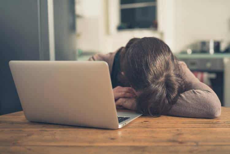 8 σημάδια που δείχνουν ότι αντιμετωπίζετε στέρηση ύπνου και πώς να το διορθώσετε