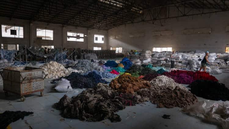 Η Σιγκαπούρη αντιμετωπίζει τη σπατάλη στον κόσμο της μόδας με ανταλλαγές ρούχων και όχι αγορές