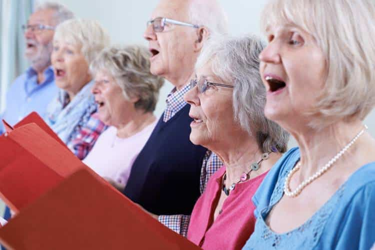 Έρευνα: Tο τραγούδι ανακουφίζει από τα συμπτώματα της νόσου του Πάρκινσον