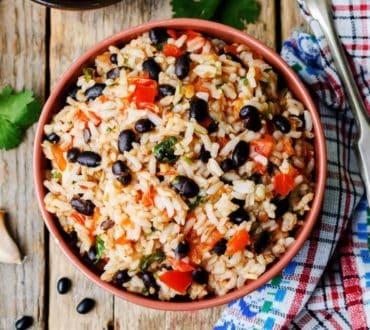 Συνταγή: Χορταστικό ρύζι με μαύρα φασόλια και πιπεριές