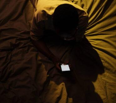 Η αϋπνία συνδέεται με τη φωτορύπανση και τη χρήση υπνωτικών χαπιών