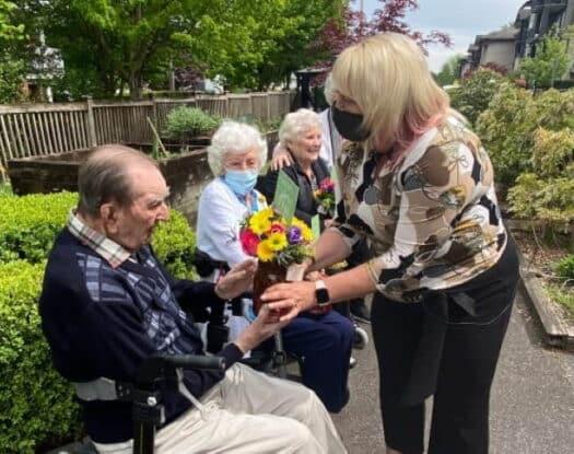Καναδάς: Όταν λίγα δωρεάν λουλούδια ομορφαίνουν τη ζωή των απομονωμένων ηλικιωμένων