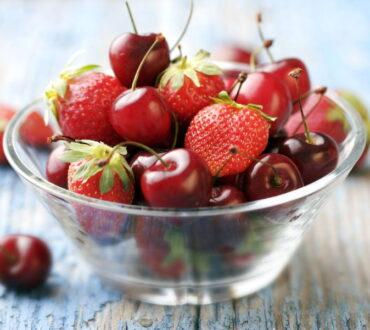 Συνταγή: Δροσιστική σαλάτα κόκκινων φρούτων με βαλσάμικο και μαύρο πιπέρι