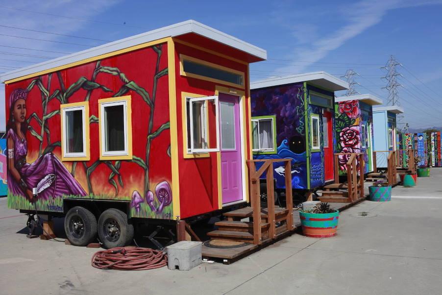 ΗΠΑ: Φοιτητές σχεδίασαν και έχτισαν ένα μικρό χωριό για άστεγους νέους(Φωτογραφίες)