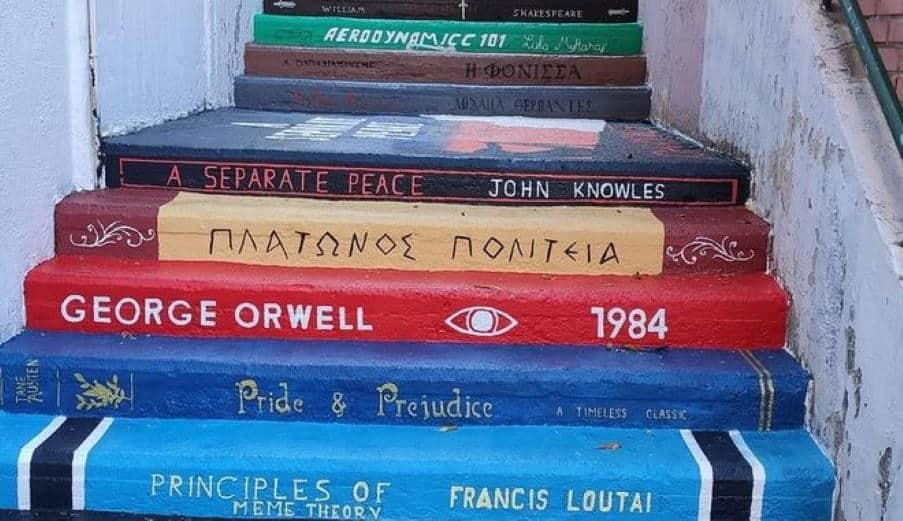 Οι μαθητές του 57ου Λυκείου Αθηνών «μετέτρεψαν» τις σκάλες του σχολείου τους σε βιβλία!