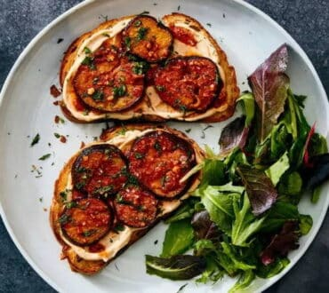 Συνταγή: Μεσογειακή μπρουσκέτα με ντομάτα και μελιτζάνα