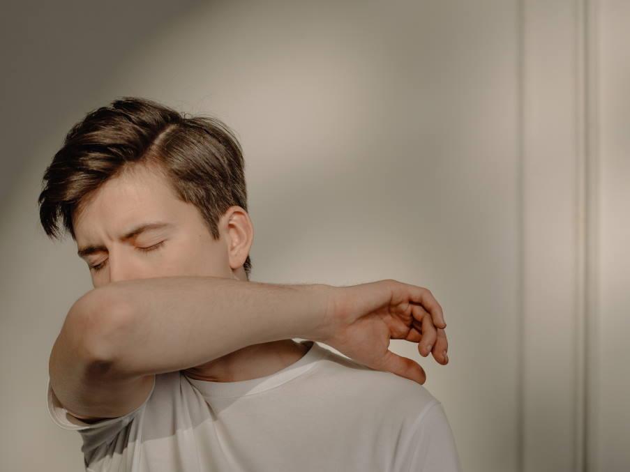 4 φυσικοί τρόποι να καταπολεμήσουμε τον επίμονο βήχα