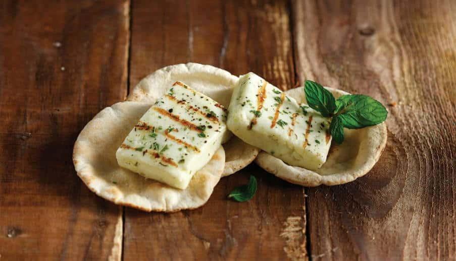 Συνταγή: Χορταστική σαλάτα με ψητό χαλούμι και ρεβίθια