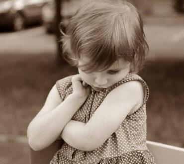 5 τρόποι να στηρίξουμε ένα ντροπαλό παιδί χωρίς να το πιέσουμε να αλλάξει