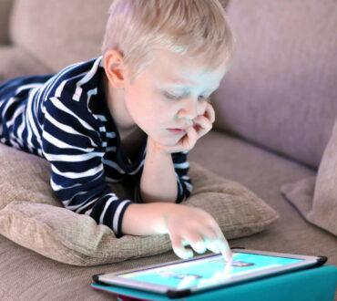 Έρευνα αποκαλύπτει τι συμβαίνει στους εγκεφάλους των παιδιών που χρησιμοποιούν tablet