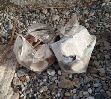 Εθελοντές μάζεψαν 680 λίτρα σκουπιδιών από παραλία της Θεσσαλονίκης
