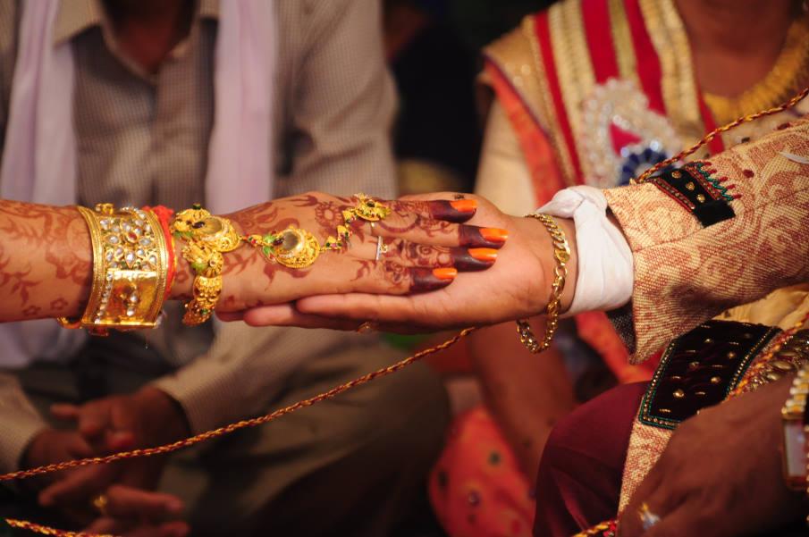 Ινδία: Η νύφη πέθανε στο γάμο, αλλά ο γαμπρός την αντικατέστησε με την αδερφή της