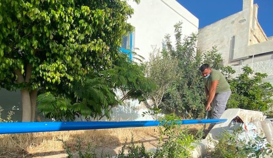 Kimolos: La escuela primaria de la isla adquirió un exuberante jardín botánico
