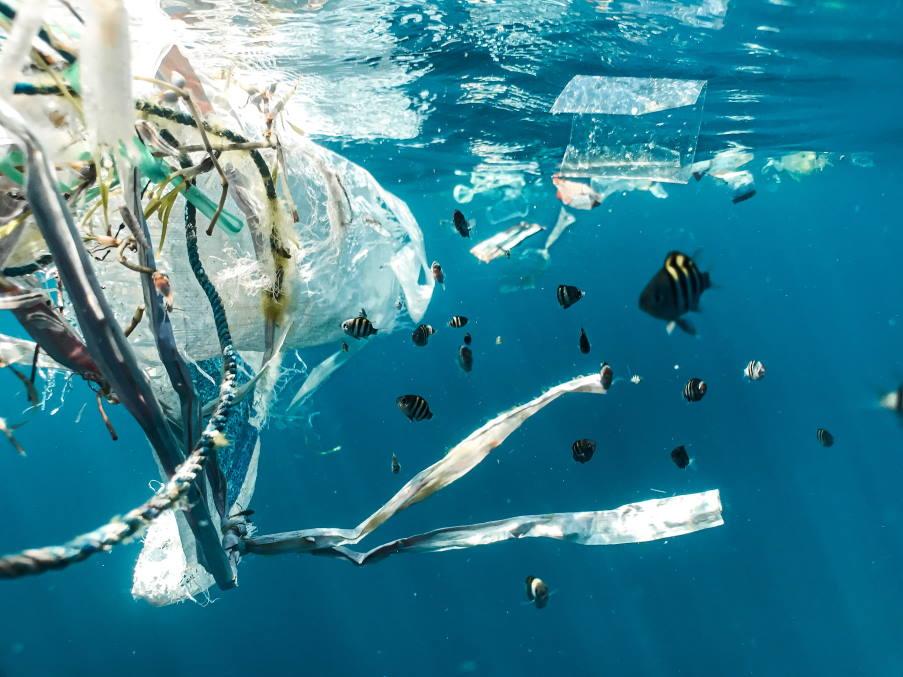 Ποιες είναι οι 10 χώρες που ρίχνουν τα περισσότερα πλαστικά στον ωκεανό