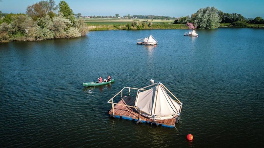 Βέλγιο: Σε αυτό το ξενοδοχείο οι επισκέπτες κατασκηνώνουν πάνω σε σχεδίες που επιπλέουν σε λίμνη