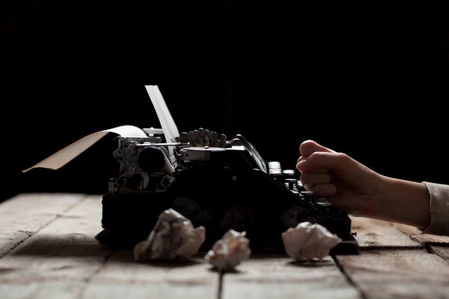Είναι κάποιες κραυγές σιωπηλές που ακούγονται μέσα από την τέχνη, μέσα από μία κόλλα χαρτί…