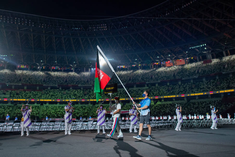 Εθελοντής κρατά τη σημαία του Αφγανιστάν στους Παραολυμπιακούς προς τιμήν των δύο αθλητών που δεν μπόρεσαν να ταξιδέψουν