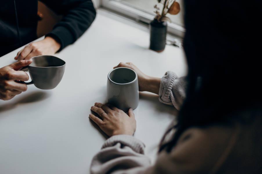 Αλτσχάιμερ: Αν έχεις κάποιον να μιλήσεις, μπορεί να αποτραπεί η γνωστική εξασθένηση, σύμφωνα με νέα έρευνα