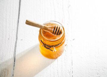 Πώς μπορούμε να φτιάξουμε φυσική μάσκα μαλλιών με μέλι